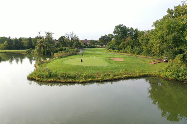 Image of a flag on the course at Crane's Landing